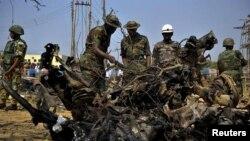 이슬람 무장단체 보코 하람의 테러 공격이 일어난 현장에서 수색 작업을 벌이는 나이지리아 군(자료사진)