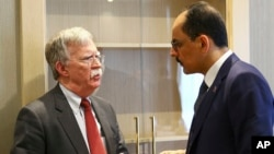 2019年1月8日美国国家安全顾问博尔顿(左)和土耳其埃尔多安的首席外交政策顾问卡林在安卡拉总统府会面