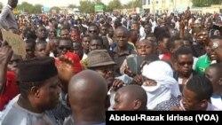 Lors de la manifestation des protestants anti-loi de finances à Niamey, Niger, le 29 octobre 2017. (VOA/Abdoul-Razak Idrissa)