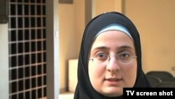 Cô Alaa Mukahhal sinh ra ở Kuwait trong một gia đình người Palestine. Gia đình cô nhận được visa vào Hoa Kỳ năm 1993