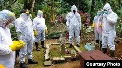 Tim kepolisian di Wonosobo Jawa tengah ikut memakamkan jenazah dengan APD. Sumber : Humas Polda Jawa tengah