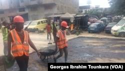 La route qui mène d'Adjame à Abobo est en réfection, en Côte d'Ivoire, le 17 octobre 2017. (VOA/Georges Ibrahim Tounkara)