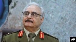 Jenderal Khalifa Hifter, yang memimpin kampanye melawan ekstremis Muslim di Benghazi, Libya, sejak tahun 2014.