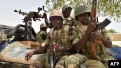 Des soldats dans le camps militaire de Bosso, dans la région du Niger, près des combats contre Boko Haram, le 17 juin 2016.