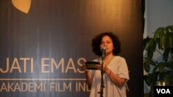 Mira Lesmana memberikan sambutan dalam acara penghargaan Akademi Film Indonesia 2014 di Jakarta, Senin, 24 Maret 2014 (VOA/Iris Gera)
