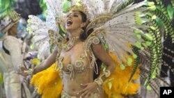 巴西圣保罗狂欢节游行上的桑巴舞者