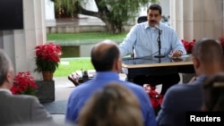 "Presiden Venezuela Nicolas Maduro (tengah) berbicara dalam siaran mingguannya ""En contacto con Maduro"" (Kontak dengan Maduro) di Caracas, Venezuela (13/11)."