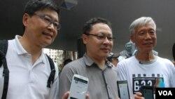 3位佔中發起人(左起)陳健民、戴耀廷、朱耀明,展示佔中全民投票手機應用程式介面 (美國之音湯惠芸拍攝)