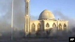 霍姆斯的一个清真寺附近被炮火击中硝烟弥漫