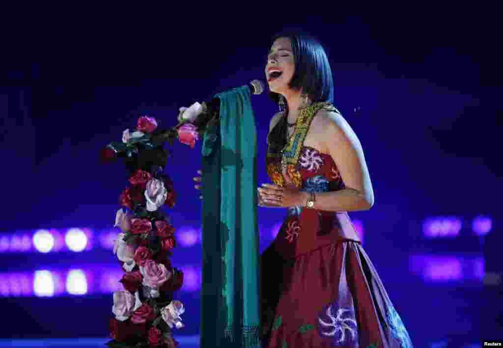 "Angela Aguilar canta ""La Llorona"" en los Latin Grammy 2018."