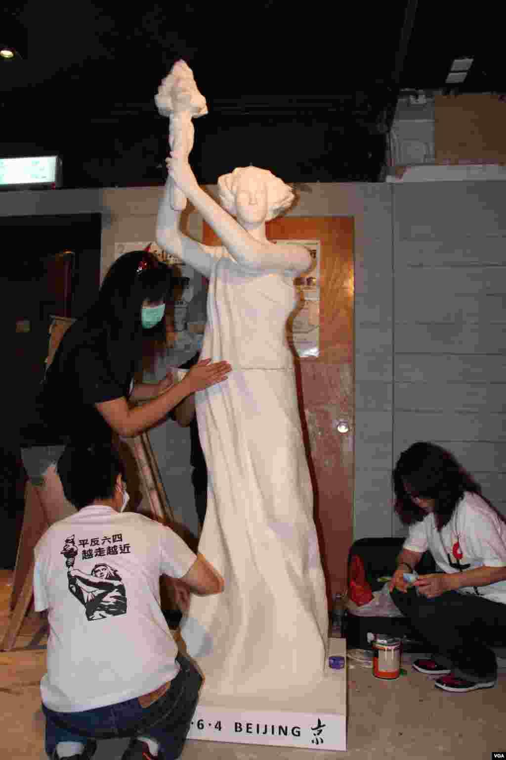 香港支联会将民主女神像运送到六四纪念馆竖立(美国之音图片/海彦拍摄)