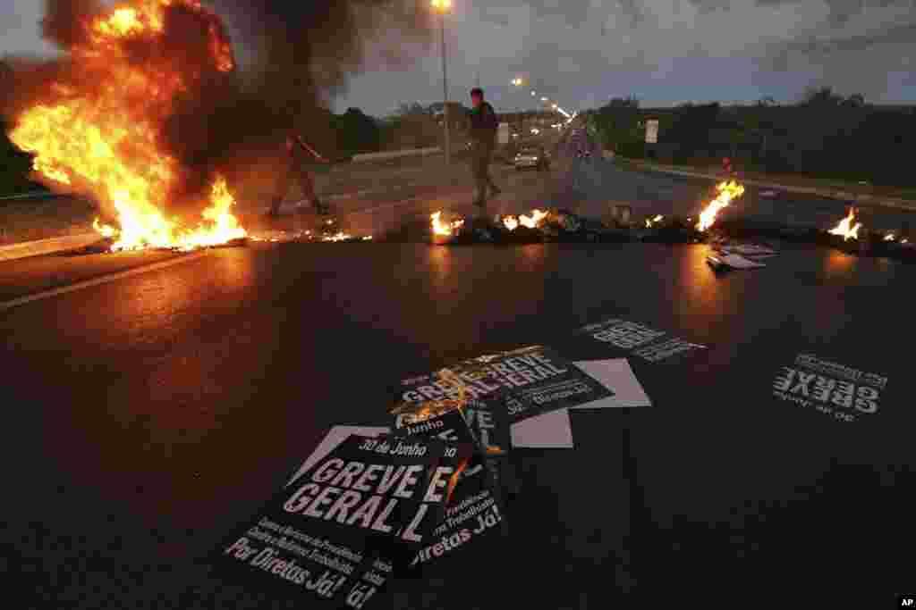 Braziliyahərbi polisimagistralların bağlanmasına səbəb olan barrikadaları təmizləyirlər. Braziliyada nəqliyyat işçilərini təmsil edən həmlarlar ittifaqı etirazlar təşkil edir.