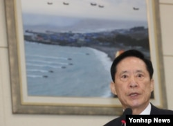 송영무 한국 국방부 장관이 18일 오전 국회에서 열린 국방위원회 전체회의에서 북한 미사일 시험발사 관련 현안보고를 하고 있다.