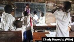 Des écoliers dans une salle de classe à Goma, le 23 septembre 2015. (VOA/Charly Kasereka)