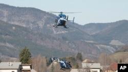 Des hélicoptères participant aux recherches à Seyne-les-Alpes, en France, sur le site du crash du Germanwings Airbus A320 (AP Photo/Claude Paris)