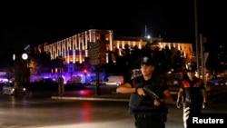 土耳其警察在首都安卡拉的軍隊總部外戒備