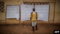 Registre à un bureau de vote lors de l'élection présidentielle le 27 août 2016 à Libreville au Gabon.