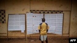 Un Gabonais vérifie le registre dans un bureau de vote lors de l'élection présidentielle le 27 août 2016, à Libreville.