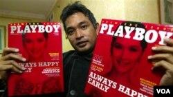Pemred Playboy Indonesia Erwin Arnada menunjukkan edisi perdana majalah ini, dengan model Andhara Early di sampulnya, 6 April 2006.