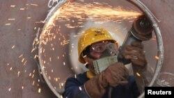 中国浙江省湖州市一家钢件厂的工人在工作。(2020年5月17日)