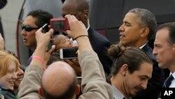 8일 기금행사에 참석하려고 샌프란시스코 공항에 도착한 오바마 대통령