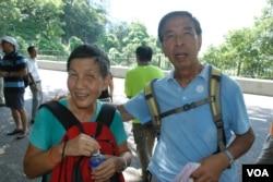 年約80歲的關先生夫婦參與民主登高日,為下一代爭取真普選,走畢全程(美國之音湯惠芸拍攝)
