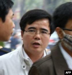 Luật sư Lê Quốc Quân cùng với một số người khác đã bị bắt giam hôm thứ Hai khi họ định theo dõi phiên tòa ở Tòa án Nhân dân Hà Nội