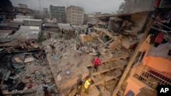 Les secouristes travaillent sur lieu où un immeuble en construction s'est effondré à Nairobi, Kenya, 30 avril 2016. (AP photo / Sayyid Abdul Azim)