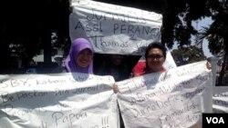 Aksi demo menuntut pembebasan 2 jurnalis Perancis yang dilakukan oleh anggota Aliansi Jurnalis Independen Yogyakarta, 22 September 2014. (Foto: VOA/copyright: AJI Jogja)