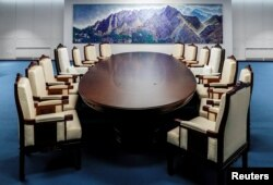 25일 남북정상회담을 앞두고 새롭게 단장한 판문점 남측 '평화의 집' 내부가 공개됐다. 문재인 한국 대통령과 김정은 북한 국무위원장이 정상회담을 할 타원형 테이블과 의자들이 놓여있다.