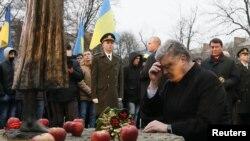 Президент Украины Петр Порошенко у памятника жертвам Голодомора в Киеве. 25 ноября 2017 г.
