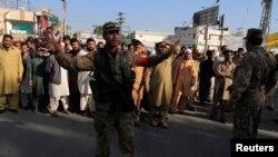 一名巴基斯坦警察在拉瓦爾品第禁止遜尼派穆斯林前往參加一個葬禮。