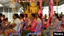 Những người bị nhiễm HIV tham dự lễ kỷ niệm Ngày Thế giới phòng chống AIDS tại một ngôi chùa ở tỉnh Kandal, Campuchia..