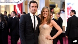 FILE - Justin Theroux, left, and Jennifer Aniston arrive at the Oscars, Feb. 22, 2015.