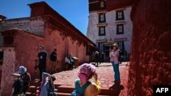 Turis mengunjungi Istana Potala, diklasifikasikan sebagai Situs Warisan Dunia oleh Unesco pada tahun 1994, di ibukota regional Lhasa, di Daerah Otonomi Tibet China, 1 Juni 2021. (Hector RETAMAL / AFP)