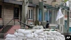 Không có dấu hiệu nào cho thấy những người biểu tình thân Nga sẽ rút lui khỏi các tòa nhà của chính phủ mà họ chiếm đóng.
