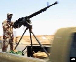 Une rebelle libyen près d'Ajdabiya