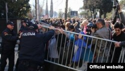 Majke pokušavaju da probiju ogradu ispred Vlade Crne Gore (rtcg.me)