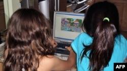 小学生在家上网
