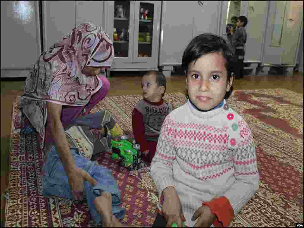 کراچی کے ایدھی سینٹر میں غربت کے باعث والد اپنے چھ بچوں کو کفالت کی غرض سے چھوڑگیا