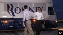 Ứng cử viên tổng thống đảng Cộng hòa Mitt Romney, và Dân Biểu Paul Ryan bắt tay tại sân bay trước khi chia nhau đi vận động tranh cử