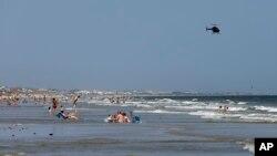 Sebuah helikopter terbang di atas pantai Oak Island, North Carolina, 15 Juni 2015 (Foto: dok).