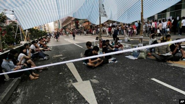 Người biểu tình ngồi tại một giao lộ trong khu Mong Kok của Hong Kong, 7/10/14