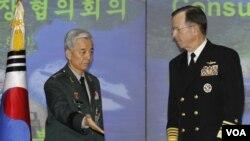 Jenderal Korea Selatan Han Min-koo (kiri) bersama Laksamana Mike Mullen di Seoul.