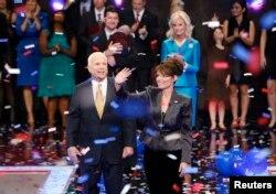 FILE - Capres John McCain dan cawapres Sarah Palin pada September 2008.