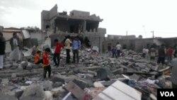 也門平民區10月9日被空襲後﹐該區有超過100間建築被毀。