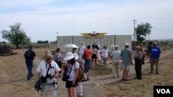 """米尼多卡""""朝圣者""""欣赏着重新创建的荣誉榜,荣誉榜树立在营区入口处,上面列出了在二战期间加入美军的被拘禁者的名字。(美国之音班泽拍摄)"""