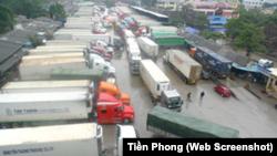 Xe nông sản ùn tắc, xếp hàng dài tại cửa khẩu Tân Thanh ngày 4/2/2018.