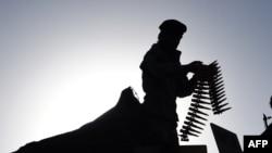 2017年6月16日,阿富汗安全人员在喀布尔一座清真寺附近调试自己的武器。(资料照片)