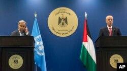 Sekretaris Jenderal PBB Antonio Guterres (kiri) dan PM Palestina Rami Hamdallah dalam konferensi pers bersama di Ramallah, Palestina, Selasa (29/8).